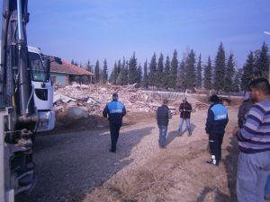 Alaşehir'de Hazine Arazisine Yapılan Kaçak Bina Yıktırıldı