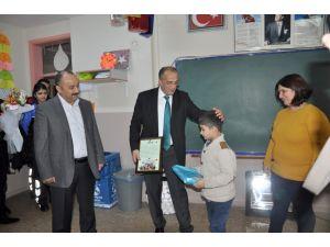 Emniyet müdürü, kendisine yazılan mektup üzerine okulu ziyaret etti