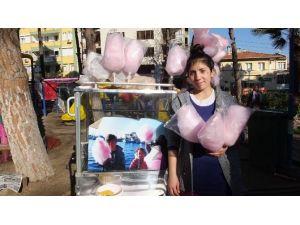 Burhaniye'de Çocukların Pamuk Şekerci Ablası