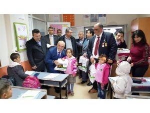Vatanda Eğitim Derneği'nden öğrencilere yardım