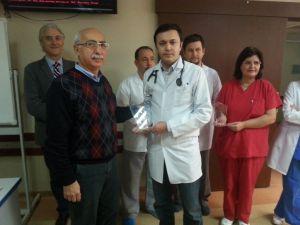 Kalbi duran sağlık çalışanını hayata döndüren arkadaşlarına plaket