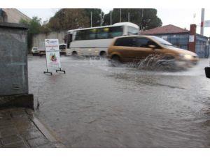 Aydın'da Yağış Yolları Göle Çevirdi