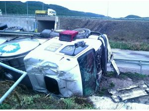 Pamukova'da süt tankeri devrildi: 1 yaralı