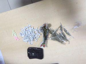 Okul yakınında uyuşturucu satanlar yakalandı