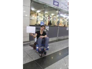 Uçağı Kaçıran Ukraynalı Turist Havalimanında Yardım Bekliyor