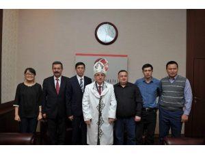 Kırgızistan'dan Gelen Doktorlar Vali Tuna'yı Ziyaret Etti
