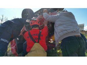 Şarampole Yuvarlanan Kadın Sürücüyü İtfaiye Kurtardı