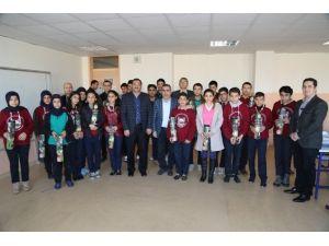 Çelikcan Öğrencilere Satranç Takımı Dağıttı