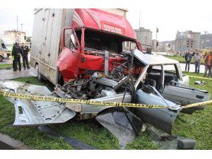 Kamyonetin Çarptığı Otomobil Hurdaya Döndü: 1 Ölü, 3 Yaralı