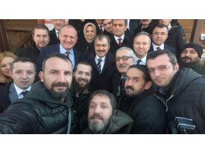 Bakan Gazetecilerle Selfie Yaptı, Ardından Uyardı