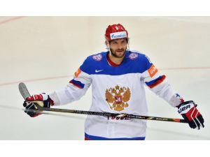 Rus sporcu Oveçkin'e altın buz hokeyi sopası hediye edildi