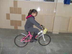 Öğrenciler okudukları her yüz sayfa için bir tur bisiklet biniyor