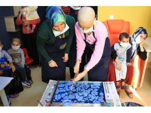 Anadolu El Sanatları Topluluğu Kanser Hastası Minikleri Sevindirdi