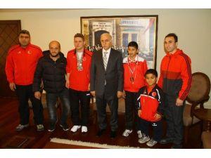 Şampiyonlar Vali Şahin'i Ziyaret Etti