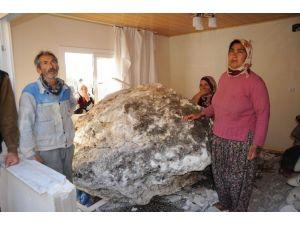 10 Ton Ağırlığında Kaya Oturma Odasına Girdi