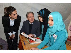 İngiltere Dışişleri Bakanı, Suriyelilerin kaldığı çadır kenti ziyaret etti