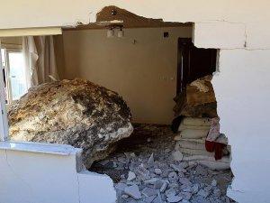 Mersin'de kaya parçası 5 kişinin yaşadığı eve düştü