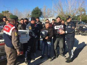 Manavgat'ta Motosiklet Sürücülerine Kask Dağıtıldı