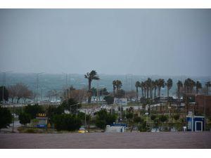 Antalya'da saatteki hızı 82 kilometreye ulaşan lodos etkili oluyor