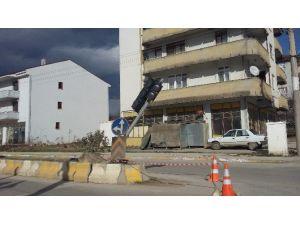 Kaynarca'da Lodos Trafik Lambalarını Devirdi