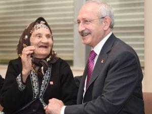 Kılıçdaroğlu, 96 yaşındaki partili Raziye Serçe ile görüştü