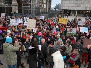 Köln'deki taciz olayları protesto edildi
