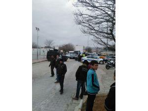 Kilis'te veliler havan topu düşen okula akın etti
