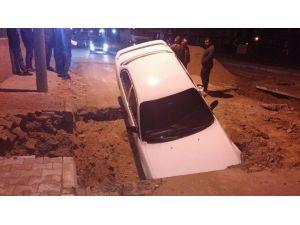 Dikkatsiz Sürücü Otomobiliyle Yol Ortasındaki Çukura Düştü