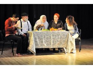 Akşehir'de 'Benim Güzel Ailem' Oyununa Yoğun İlgi