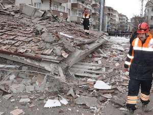Yozgat'ta depremde hasar gören bina çöktü
