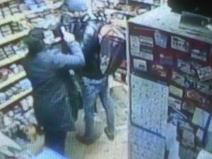 Büfeci kadın, silahlı soyguncuları yaka paça dışarı attı