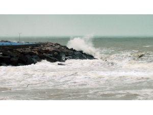 Karadeniz'de Dev Dalgalar Sahilleri Dövüyor
