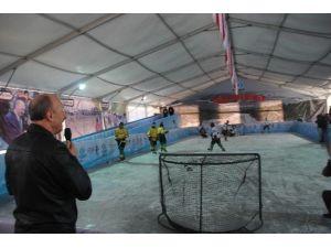 Sultangazi'de Açılan Buz Pateni Pistinde Para Değil, Atık Pil Ve Plastik Kapak Geçiyor