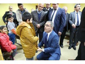 Yüreğir Belediyesi'nden 3 Bin Öğrenciye Kışlık Mont
