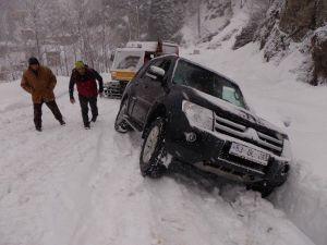 Ayder Yaylası'nda Kara Saplanan Araçların İmdadına Kar Taksileri Yetişiyor