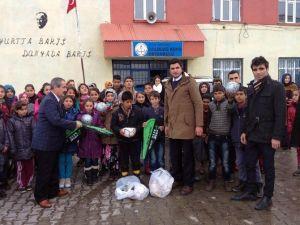 Başkan Gürsoy'dan Köy Okuluna Spor Malzemesi Desteği