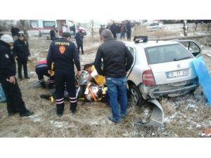 Otomobil Evin Bahçe Duvarına Çarptı: İki Yaralı
