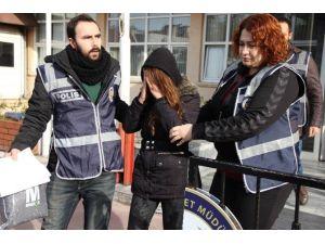 Hırsızlık Suçundan Aranan Genç Kız Yakalandı