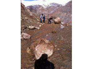 Yola Düşen Kayalar Ulaşımı Engelliyor