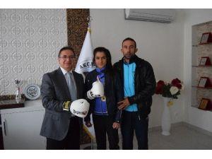 Başkan Kazgan'dan, Şampiyon Boksöre Altın Ödülü