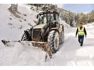 Kar'da Mahsur Kalan Vatandaşları Belediye Ekipleri Kurtardı