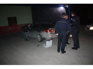 Otomobilin camını buji ile kırıp 85 bin TL çaldılar