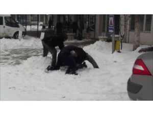 Kar Yağışını Eğlenerek Kutladılar