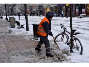 Kadınlar kar temizlemede erkekleri aratmadı