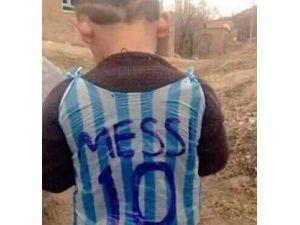 Poşetten Yaptığı Messi Forması Dünya Gündemine Oturdu