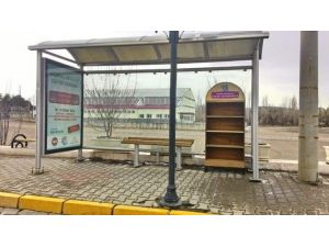 Avanos'ta Otobüs Duraklarına Kütüphane Yerleştirildi