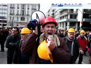 Çipras'a tepki için avukatlar kravatlarını ağaca astı