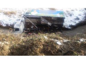Demirci'de Civciv Yüklü Kamyon Dereye Uçtu: 2 Yaralı