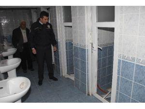 Cami Tuvaletinin Kapıları Kırıldı