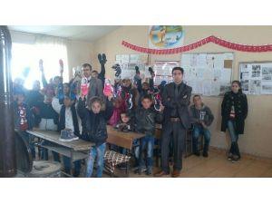 Ücretli Öğretmenden Öğrencilere Ayakkabı